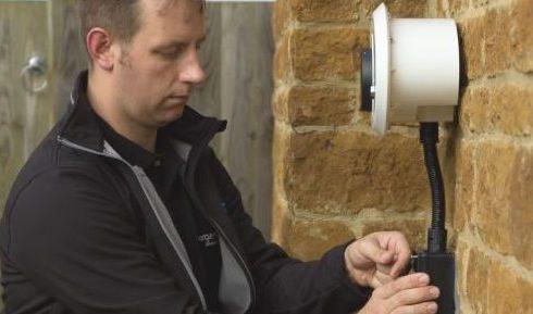 chargemaster-engineer-installing-homecharge-unit